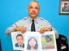 El vocero del comando Cibao Central de la Policía, Juan Guzmán Badía, sostiene la imagen de la pastora y su secretaria desaparecidas, al igual que su presunto captor.