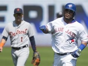 El pelotero dominicano Edwin Encarnación de los Azulejos de Toronto recorre las bases tras conectar un jonrón en la primera entrada del partido del domingo 30 de agosto de 2015.