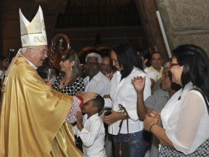 El arzobispo Josef Wesolowski, exembajador ante República Dominicana, saluda a personas tras una misa en Santo Domingo, República Dominicana, en una fotografía del 15 de marzo de 2013. Ocho minutos de silencio en vez de una homilía marcaron el funeral
