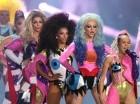 Miley Cyrus, a la derecha, canta al final de la ceremonia de los Premios MTV a los videos musicales.