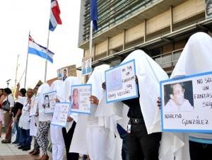 Familiares y miembros de la Comisión Nacional de Derechos Humanos se apostaron frente a la Procuraduría General de la República en busca de que se aceleren las investigaciones en torno a las personas desaparecidas forzosamente.