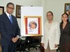 Modesto Guzmán, director general del Inposdom; Alejandro Vignieri y la Atala Lluberes, encargada del departamento de Filatelia del Inposdom, junto al diseño ganador.