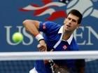 Novak Djokovic retorna la bola a Joao Souza durante el partido de ayer.