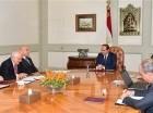 El director general de la empresa Eni, tercero de la izquierda, y su delegación se reúnen con el presidente egipcio Abdel-Fattah el-Sissi, centro, y una delegación egipcia en El Cairo.