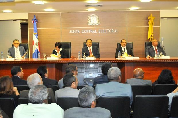Roberto Rosario, presidente de la Junta Central Electoral, junto a los demás miembros del tribunal electoral.