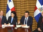 Isabel de Saint Malo de Alvarado y Andrés Navarro firman acuerdo.