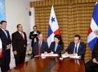 El canciller dominicano Andrés Navarro y la vicepresidenta  y canciller de Panamá, Isabel de Saint Malo de Alvarado, durante la firma del convenio.