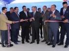 El presidente Danilo Medina corta la cinta para inaugurar la Escuela Básica Profesor Juan Bosch, en Constanza.