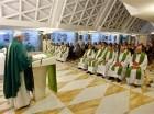 Papa Francisco celebra la misa en el hotel Santa Marta en el Vaticano,, 1 de septiembre de 2015.