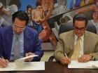 El rector de la UASD, Iván Grullón Fernández (derecha) y el presidente de la empresa Lionbridge Capital, Samuel De Moya Chico.