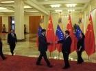 El presidente chino Xi Jinping, segundo de derecha a izquierda, saluda al presidente venezolano Nicolás Maduro antes de su reunión en el Gran Salón del Pueblo en Beijing, China.
