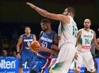 El jugador de la selección dominicana de baloncesto, James Feldeine, intenta penetrar ante la defensa del jugador de Brasil, Carlos Olivinha.