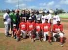 Kris Martín (centro) junto a jugadores y directivos de la liga Los Vecinitos.