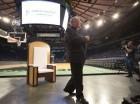 El cardenal Timothy Dolan, arzobispo de Nueva York, anuncia el miércoles 2 de septiembre del 2015 detalles sobre la misa del papa Francisco en Madison Square Garden a finales de septiembre. Detrás de él, se ve la silla de madera que usará el pontífic