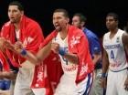 Francisco García celebra junto a otros jugadores de la Selección Nacional de Baloncesto dominicana durante el juego contra Panamá.