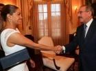 El presidente Danilo Medina saluda a la laureada chef María Marte.