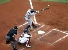 Alex Rodríguez (13) conecta un sencillo de dos carreras por los Yanquis de Nueva York ante los Medias Rojas de Boston en el segundo inning del duelo en Fenway Park de Boston.