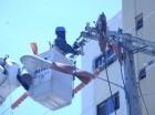 Un técnico de Edesur realiza labores en el Distrito Nacional.