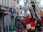 Bomberos sofoca el incendio en un barrio en el norte de París.