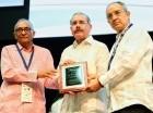 Danilo Medina recibe placa.