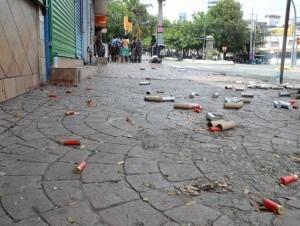 Policías enfrentaron con gases lacrimógenos y escopetas a estudiantes que reclaman mejorías en los servicios de la universidad. La imagen recoge parte de los cartuchos disparados.