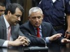 Otto Pérez Molina, a la derecha, dialoga con su abogado César Calderón en la Corte, a la que concurrió para enfrentar cargos de corrupción luego de su renuncia a la presidencia de Guatemala, el jueves 3 de septiembre de 2015. (AP Foto/Luis Soto)