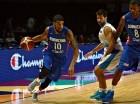 James Feldeine de la Selección de Baloncesto de RD maneja el balón frente a un jugador de Uruguay.