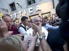 El papa Francisco sale de una óptica en la Via del Babuino, Roma, el 3 de septiembre del 2015, donde fue en busca de gafas nuevas.
