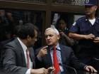 Otto Pérez Molina, a la derecha, dialoga con su abogado César Calderón en la Corte, a la que concurrió para enfrentar cargos de corrupción luego de su renuncia a la presidencia de Guatemala.