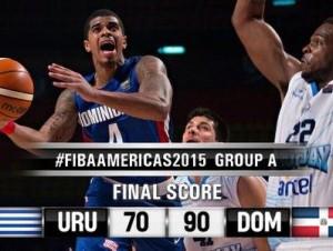 Selección de Baloncesto de RD fente a Uruguay (imagen @FIBA_es).
