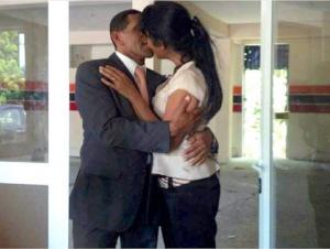 Alfonso Crisóstomos, El Querido, besando a su novia Maribel Burgos Díaz, a la que el llama segunda base.
