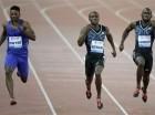 El panameño Alonso Edward, en el medio, adelanta a los jamaiquinos Rasheed Dwyer (izquierda) y Nickel Ashmeade (derecha) en los 200 metros de la justa atlética en Zurich, Suiza.