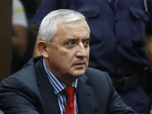 Otto Pérez Molina en la Corte espera que le presenten los cargos de corrupción en su contra, luego de su renuncia a la presidencia de Guatemala.