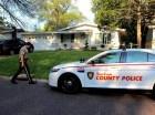 Un policía camina junto a una casa en la que un niño de 11 años mató de un balazo a un presunto intruso de 16 años el jueves, 3 de septiembre del 2015, en St. Louis, Missouri.