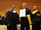 Rafael Cantizano recibe la distinción de parte de la UASD.