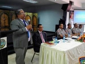 Chanel Rosa Chupani explica a la Policía las ventajas de afiliarse al Senasa.