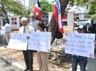 Los manifestantes portaban pancartas y entregaban banderas.