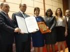 El presidente del CMD, Pedro Sing junto a la vicepresidenta Margarita Cedeño de Fernández y parte de la directiva del gremio, entregan el reconocimiento al doctor José Silié Ruiz.