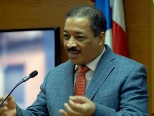 Roberto Rosario, presidente de la Junta Central Electoral, da a conocer la decisión del pleno del órgano.