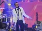 El cantautor mexicano Aleks Syntek durante su presentación en el escenario de Hard Rock Café de Blue Mall.