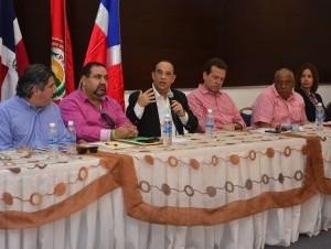Quique Antún habla en la reunión del Directorio Presidencial celebrado en Santiago.