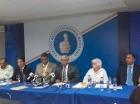 Andrés Bautista, en compañía de otros dirigentes, hace la denuncia.