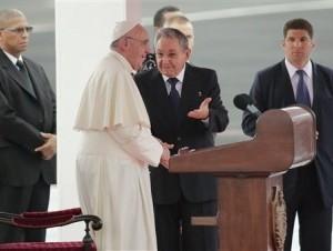 Presidente cubano Raúl Castro conversa con el papa Francisco a su arribo al aeropuerto de La Habana, Cuba.