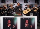 """Julio Iglesias canta """"Las mañanitas"""" con un mariachi durante una conferencia de prensa."""