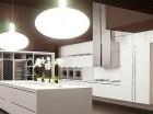 Usar materiales que reflejen la luz, como azulejos, cristales y acabados brillantes ayudará a dar una sensación de amplitud a la cocina.