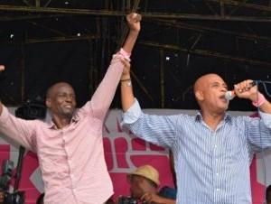 Jovenel Moise acompaña al presidente Michel Martelly en un acto.