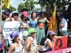 Las manifestantes, algunas con pechos al aire, protestaron en las afueras del Palacio para que el Gobierno destine el 5% del PIB a la salud y más recursos a la atención de la mujer.