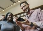 Un cliente prueba su Apple iPhone 6s el viernes 25 de septiembre de 2015 en la tienda Apple en The Grove en Los Angeles. Apple anunció el lunes 28 de septiembre de 2015 que vendió 13 millones de unidades de los celulares iPhone 6s y 6s Plus en tres día