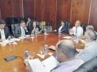 El vicepresidente ejecutivo de la CDEEE conversa en la sede del organismo con periodistas de distintos medios de comunicación.