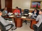 Simón Lizardo entregó el Presupuesto a senadores.